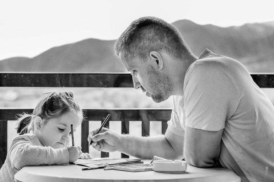雖然有些爸爸一開始照顧嬰兒時顯得有些笨手笨腳,但媽媽一定要忍耐著,不要嫌棄、不要搶過來做