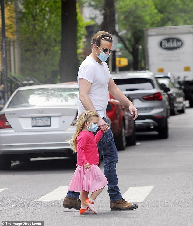 布萊德利庫柏雖然在拍攝《一個巨星誕生》的期間與超模女友分手,但對3歲女兒Lea的愛絲毫未減。