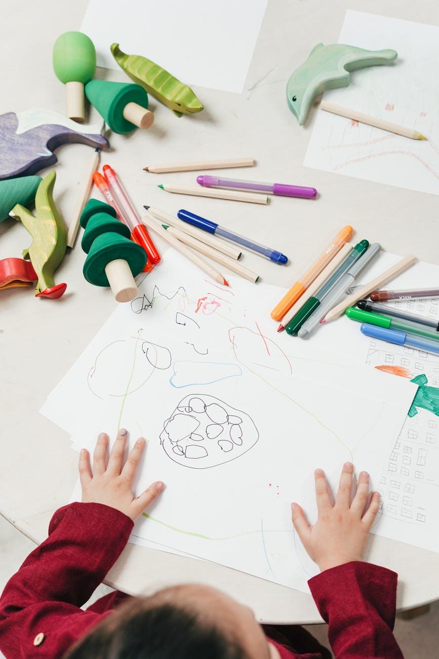 塗鴉範圍主要在畫紙的角落、邊緣:孩子可能恐懼、害怕某件事情,或是沒有安全感 source:Pexels