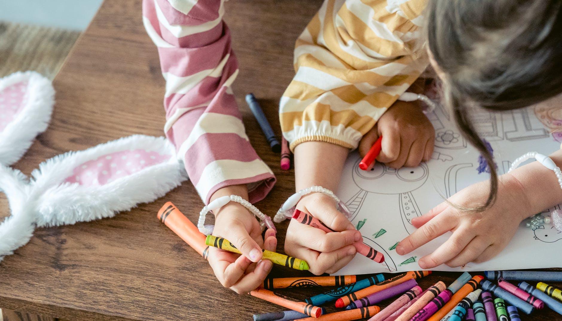 個性穩定、充滿安全感的孩子,會使用很多的顏色豐富自己的畫作 source:Pexels