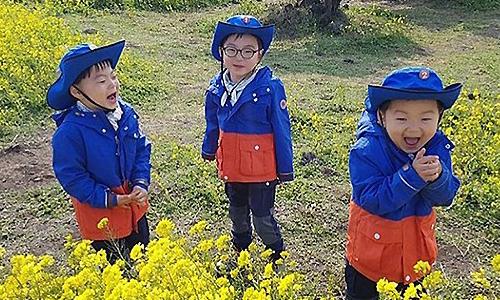 妞快報:南韓三胞胎油菜花園賣萌燦笑!大韓、民國、萬歲濟州島趴趴走 | 名人娛樂