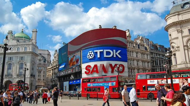 这不是真的吧?伦敦地标Piccadilly Circus广告板竟然变黑了...